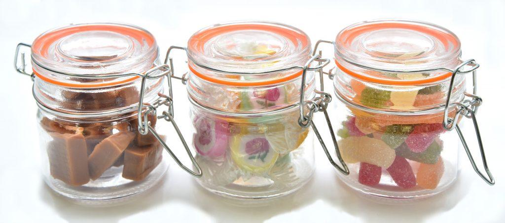Bonbons dans un bocal transparent