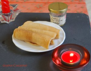 crêpe roulée ds assiette blanche sur ardoise avec bougies rouge